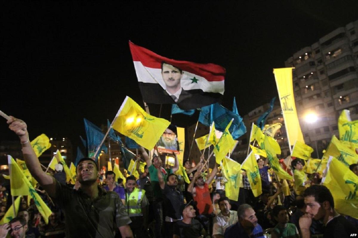 عناصر من تنظيم حزب الله في مناصرة لبشار الأسد