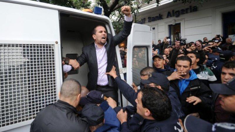متظاهر ضد بوتفليقة