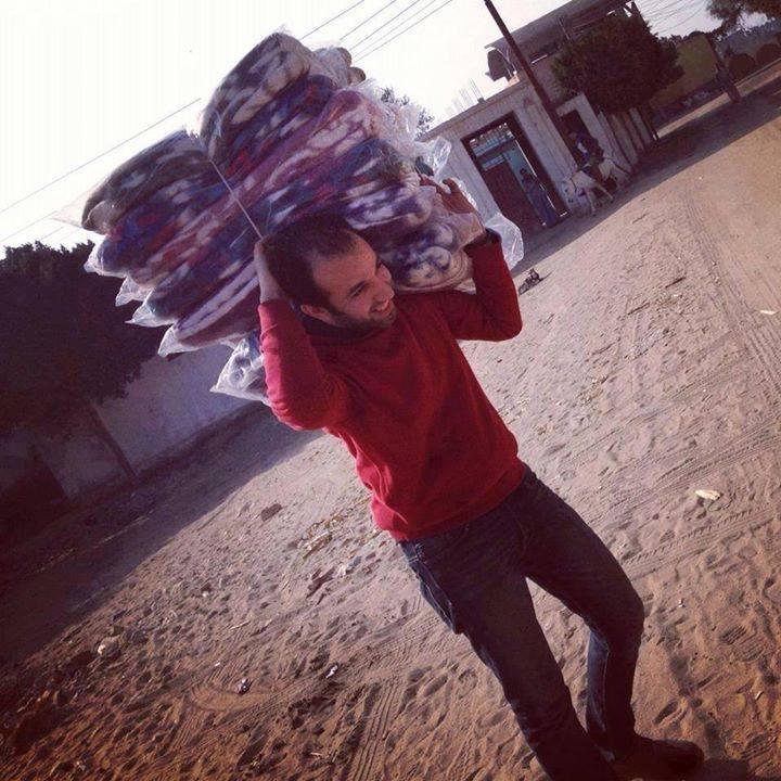 تبادلها ناشطون لمحمد رمضان يحمل بطاطين في إحدى القوافل الإغاثية متعجبين من مفارقة موته من البرد