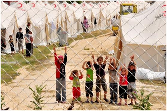 فلسطينيون في مخيم لجوء جديد