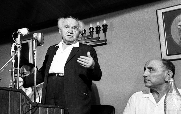 إيسر هاريل (يسار الصورة) رئيس الموساد بين 1952-1963، وديفيد بن غوريون أول رئيس وزراء لإسرائيل (يمين الصورة). مصدر الصورة: هنا.