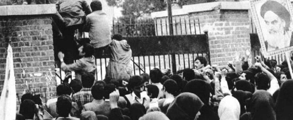 طلاب إيرانيون ثوريون يقتحمون السفارة الأمريكية في طهران عام 1979. مصدر الصورة: ويكيبيديا.