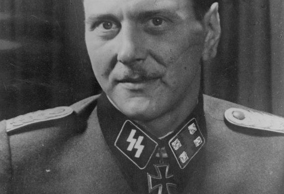 صورة للضابط النازي أوتو سكورزيني. ويظهر فيها الصليب الحديدي. مصدر الصورة: ويكيبيديا.