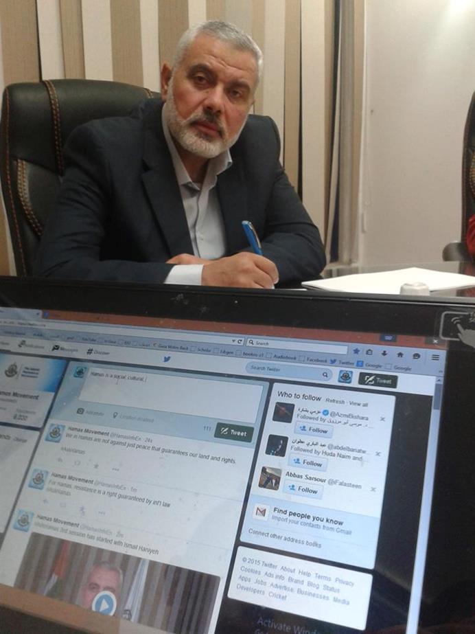 القيادي بحماس إسماعيل هنية أثناء رده على الجمهور الغربي