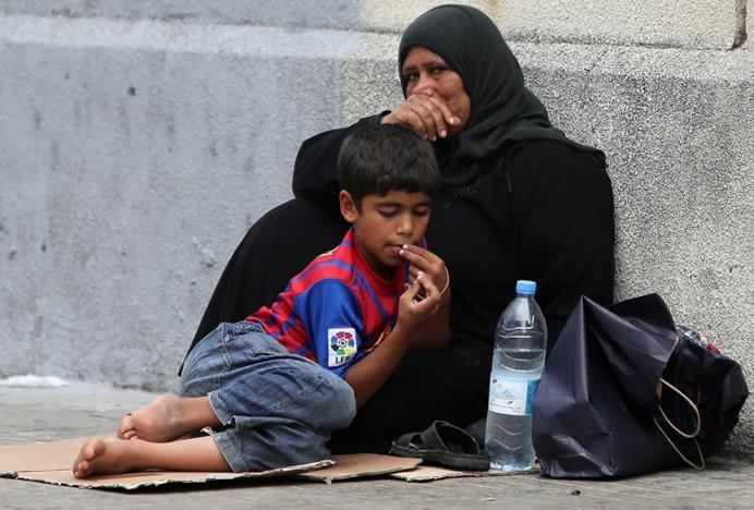 طفل لاجئ من سوريا مع أمه في لبنان