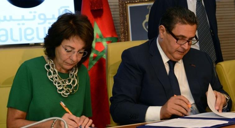 وزير الفلاحة المغربي عزيز أخنوش يوقع اتفاقية مع مسؤولة أوروبية