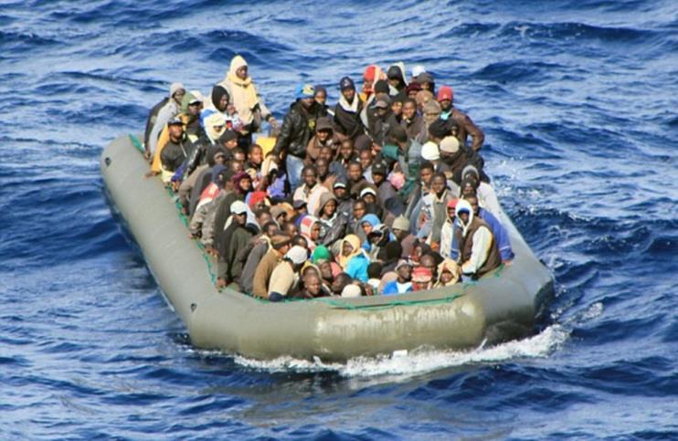 مهاجرون غير شرعيون في عرض البحر