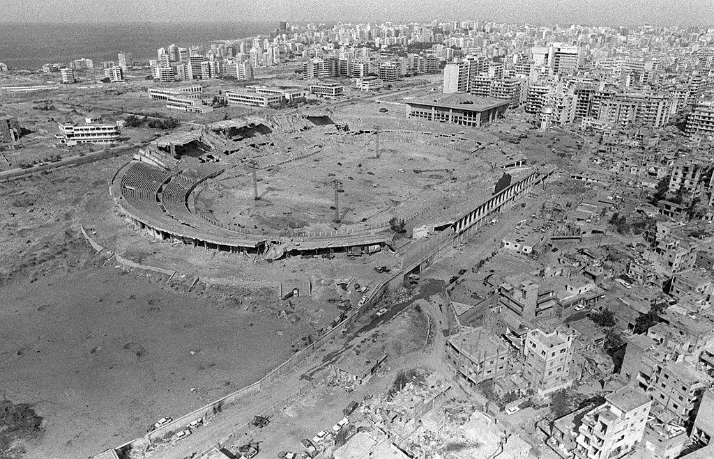 صورة شهيرة للدمار الذي لحق بالمدينة الرياضية في بيروت جراء الحصار والقصف الإسرائيلي