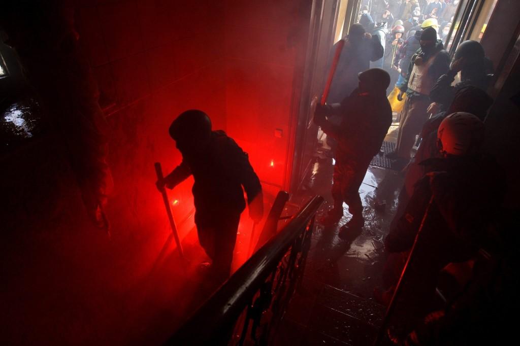 """اقتحام مقر الحزب الحاكم في كييف """"نيويورك تايمز"""""""