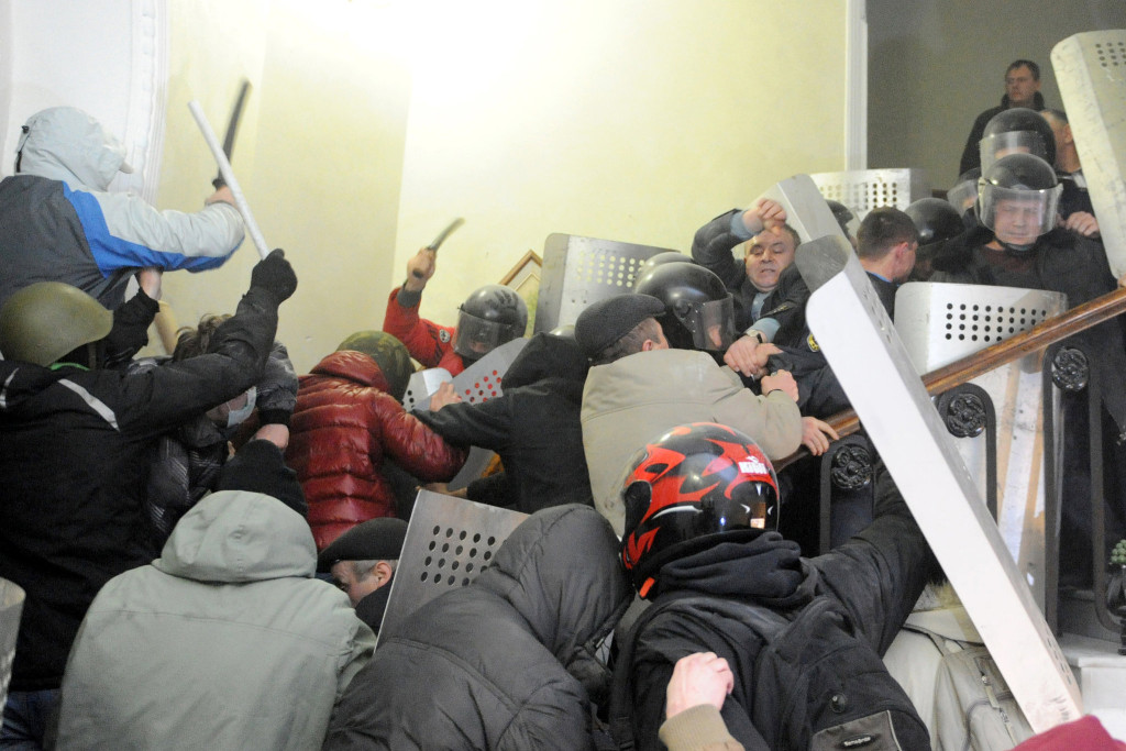 """اقتحام مركز الشرطة في لفيف """"نيويورك تايمز"""""""