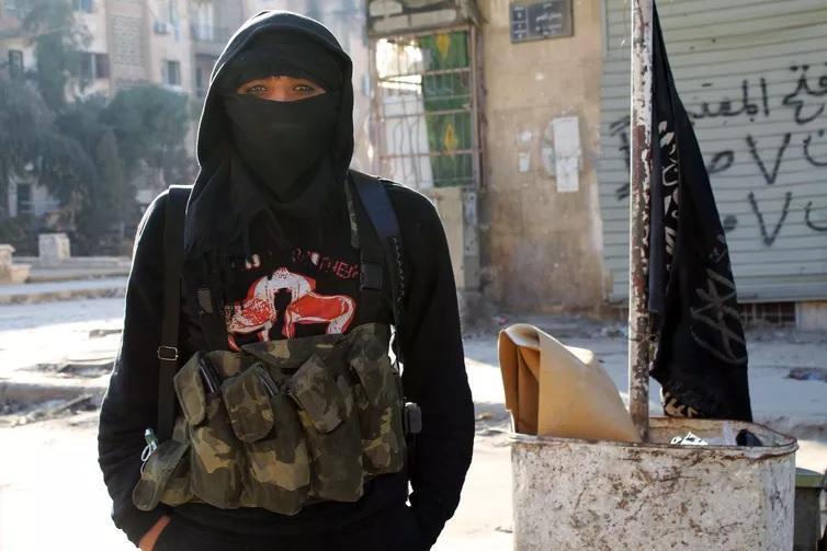 عضوة في جبهة النصرة تقف في أحد شوارع مدينة حلب شمال سوريا يوم 11 يناير 2014