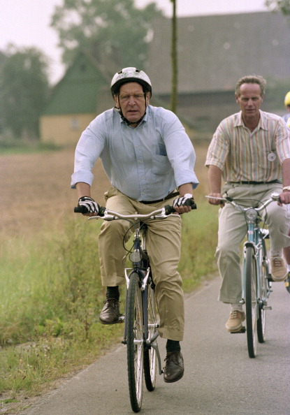 Gerhard SCHROEDER ( SPD ), prime minister of Lower Saxony, during bike tour.