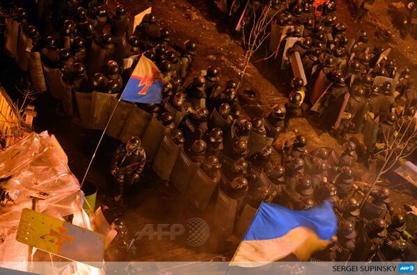 """قوات الشرطة في ساحة الاستقلال """"وكالة الأنباء الفرنسية"""""""