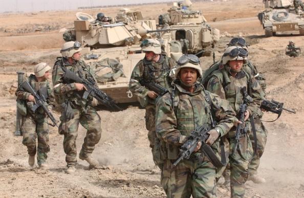 (Premium Pricing - DOUBLE RATES APPLY) The War In Iraq: Logbook Of 41th Infantry. Soldats du 41ème bataillon d'infanterie marchant dans le désert suivis par une colonne de chars Bradley. (Photo by Alvaro Canovas/Paris Match via Getty Images)