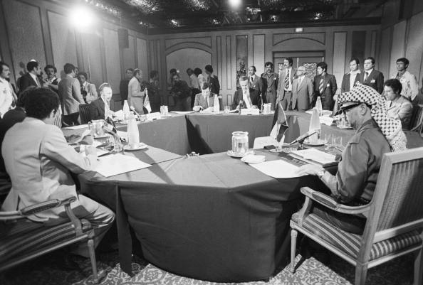 The Conference Of Refusal To Damascus In 1978. En 1978, au lendemain des accords de Camp David qui fixent les bases d'un accord de paix au proche orient, entre Israël et l'Egypte, réunion des leaders de l'unité arabe contre Israël, à Damas, en Syrie, pour une 'conférence du refus'.  Ici assis autours de la table  ronde, Houari  BOUMEDIENNE président de la république algérienne, Hafez EL ASSAD président de la république Syrienne, Mouammar KADHAFI dirigeant de la Libye et Yasser ARAFAT leader Palestinien.. (Photo by Jack Garofalo/Paris Match via Getty Images)