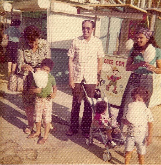 الشاذلي في صورة عائلية أثناء عمله بالبرتغال