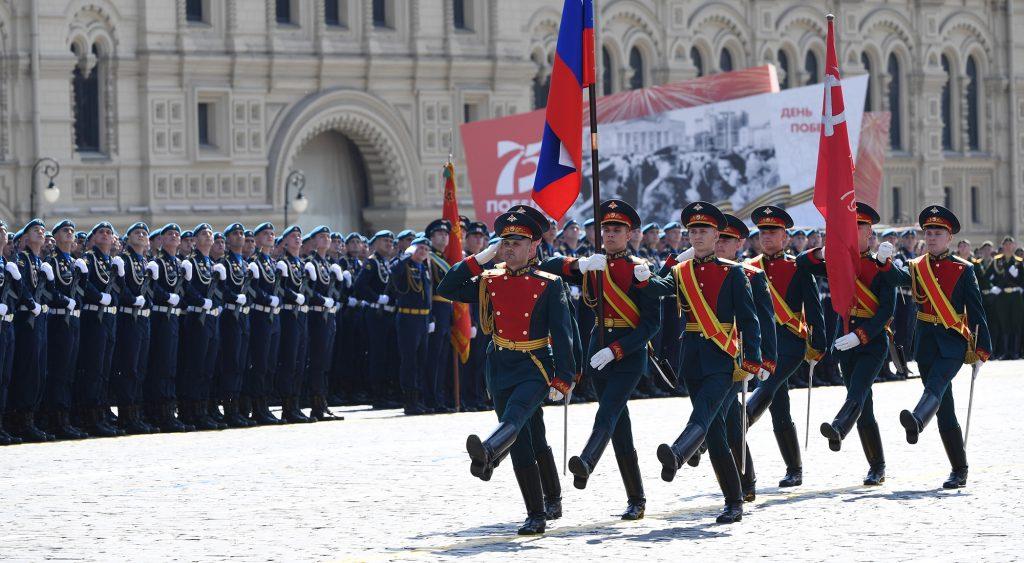 بوتين يستعرض القوة العسكرية في الوقت الذي يعزل فيه ترامب أمريكا