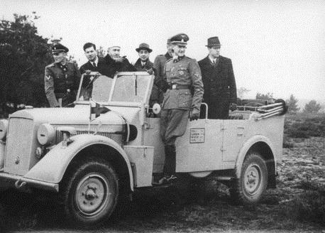 الحاج أمين الحسيني يستعرض وحدات الفيلق الثالث عشر النازي لوحدة الإس إس من سيارة