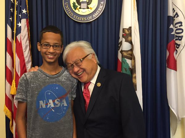 2015_US_Congressman_Mike_Honda_with_student_Ahmed_Mohamed_01
