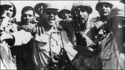 """الصورة التي قال الشاذلي إنه يعتز بها """"مع جنوده""""."""