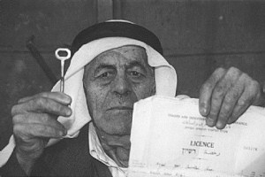 صورة للاجىء فلسطينى مع مفتاح داره