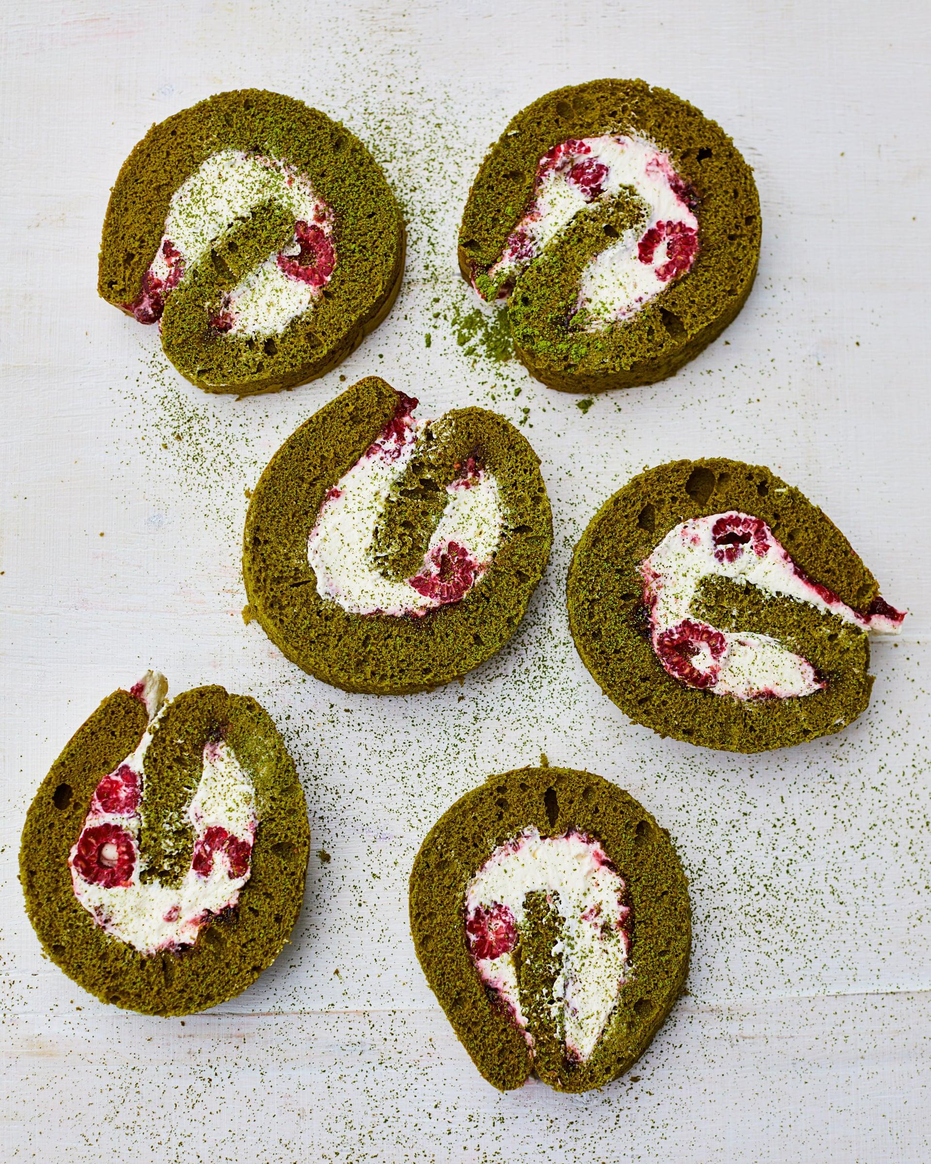 كعكة الماتشا (مسحوق الشاي الأخضر) بتوت العليق والكريمة من ميلي