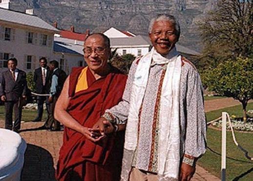 صورة للدالاي لاما مع الزعيم الجنوب إفريقي الراحل نيلسون مانديلا.