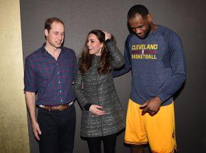 صورة للاعب السلة الأمريكي ليبرون جيمس يحيط الأميرة كيت بذراعه.