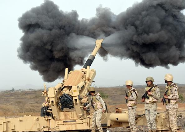 المدفعية السعودية تقصف اليمن، من نقطة تمركز قرب الحدود بين البلدين. 13 أبريل 2015