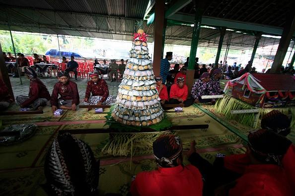 Residents dressed in traditional Javanese followed Nyadran