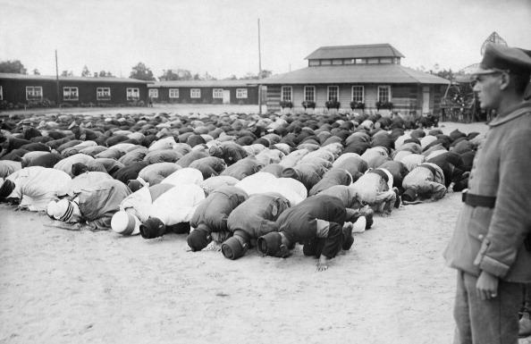 I. World War, Wuensdorf near Berlin (Brandenburg Province), camp for prisoners of war named 'Halbmondlager'. Showing praying Muslims - after 1914 - Photo: Huenich