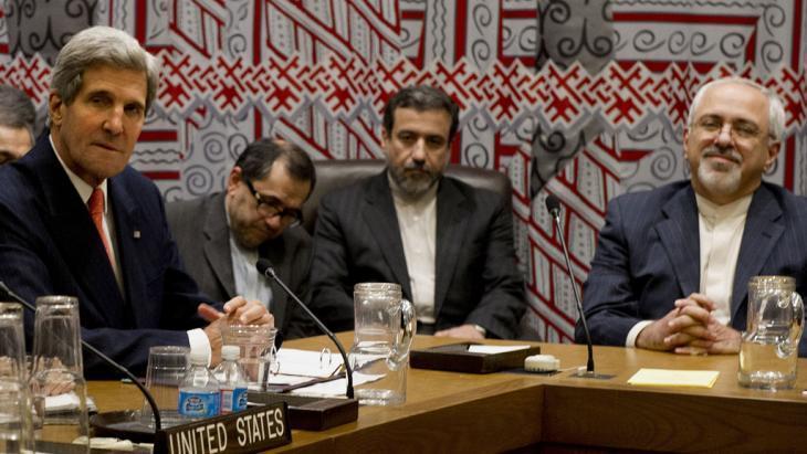 وزير خارجية إيران في محادثات النووي الإيراني مع وزير خارجية أمريكا جون كيري.