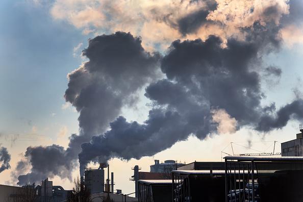(GERMANY OUT) Schlot eines Industriebetriebes mit Rauch. Symbolfoto für Umweltschutz und Ozon. (Photo by Wodicka/ullstein bild via Getty Images)