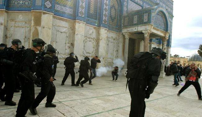 اشتباكات متكررة داخل باحة المسجد وتدخل للشرطة الإسرائيلية.