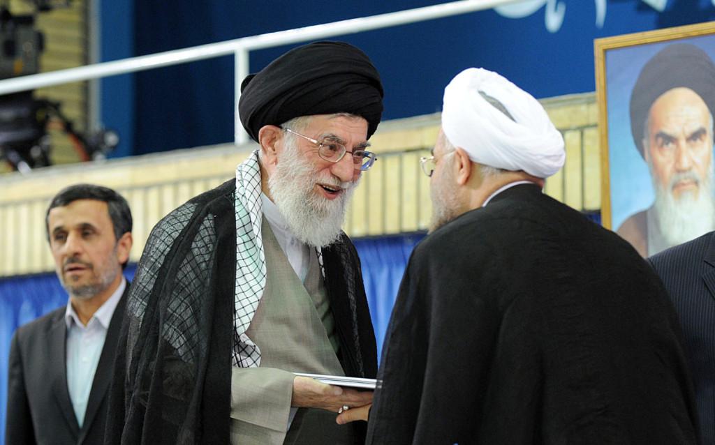 خامنئي يسلم روحاني الرئاسة، ويصفه بالرجل الكفء.
