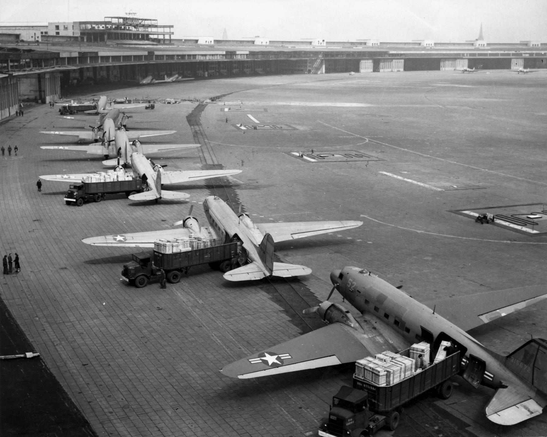 طائرات أمريكية من الجسر الجوي الذي أنشأته لفك الحصار عن برلين الغربية