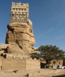 The Imam's Palace: Dar al-Hajar rock house, in Whadi Dhahr: looks smaller than the effective dimension