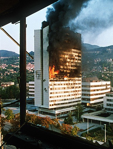 تدمير مبنى البرلمان البوسني خلال الحصار الصربي على سراييفو