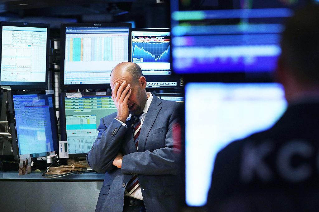 صورة رجل محبط من انخفاض الأسهم، تعبيرًا عن الأزمة الاقتصادية