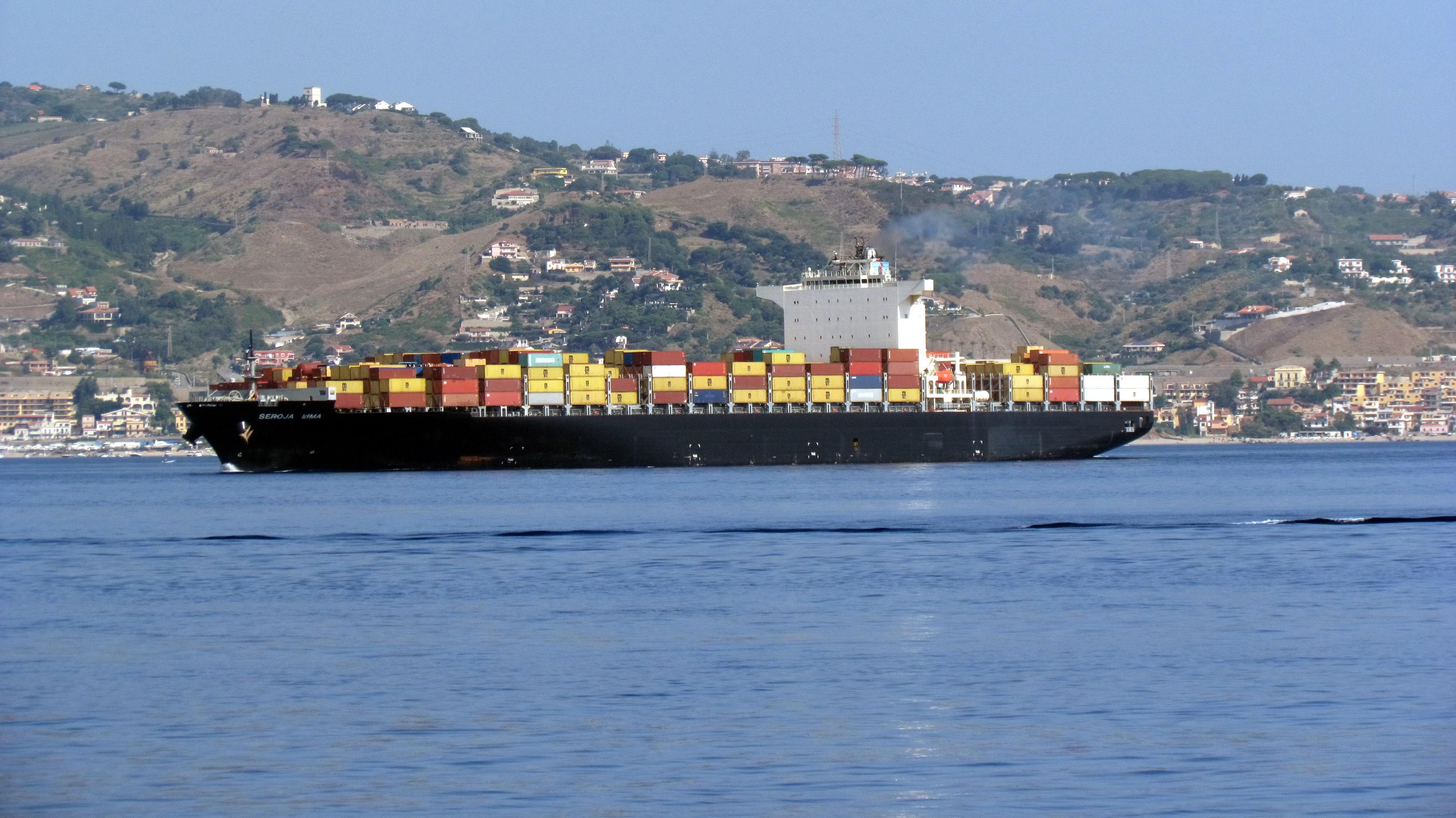 Portacontainer_MSC_in_navigazione_nello_stretto_di_Messina