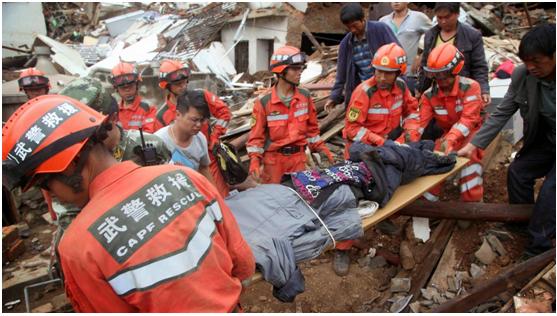 فرق الإنقاذ الصينية خلال انتشالها إحدى الجثث بعد زلزال ضرب البلاد