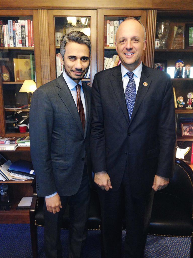 عبد الباسط اقطيط مع تيد دويتش، عضو لجنة الخارجية بمجلس النواب، وزعيم الأقلية الديمقراطية في لجنتها الفرعية عن الشرق الأوسط وشمال أفريقيا