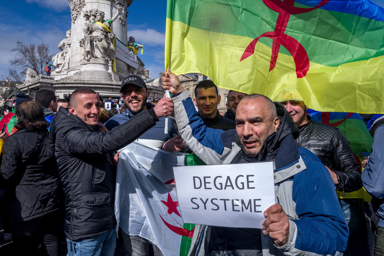 العلم الأمازيغي في مسيرة مؤيدة للحراك بالعاصمة الفرنسية باريس