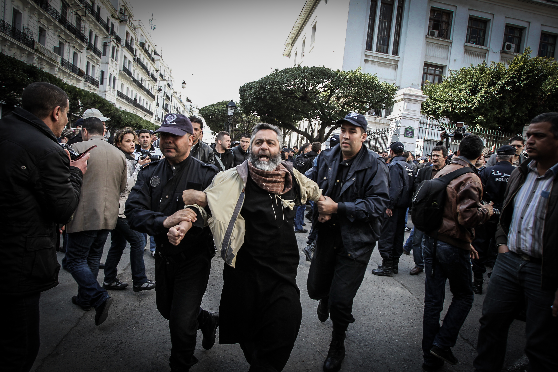 إعتقالات ومحاكمات واسعة في حق نشطاء الحراك الشعبي