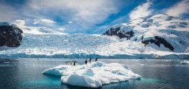 جبل ثلجي صغير في القارة القطبية الجنوبية (أنتاركتيكا)