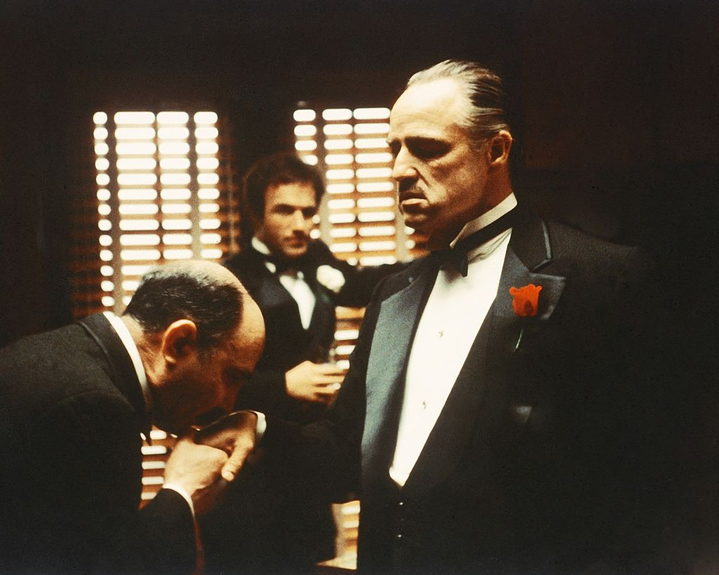 مشهد من فيلم العراب الذي يحكي قصة عصابات المافيا