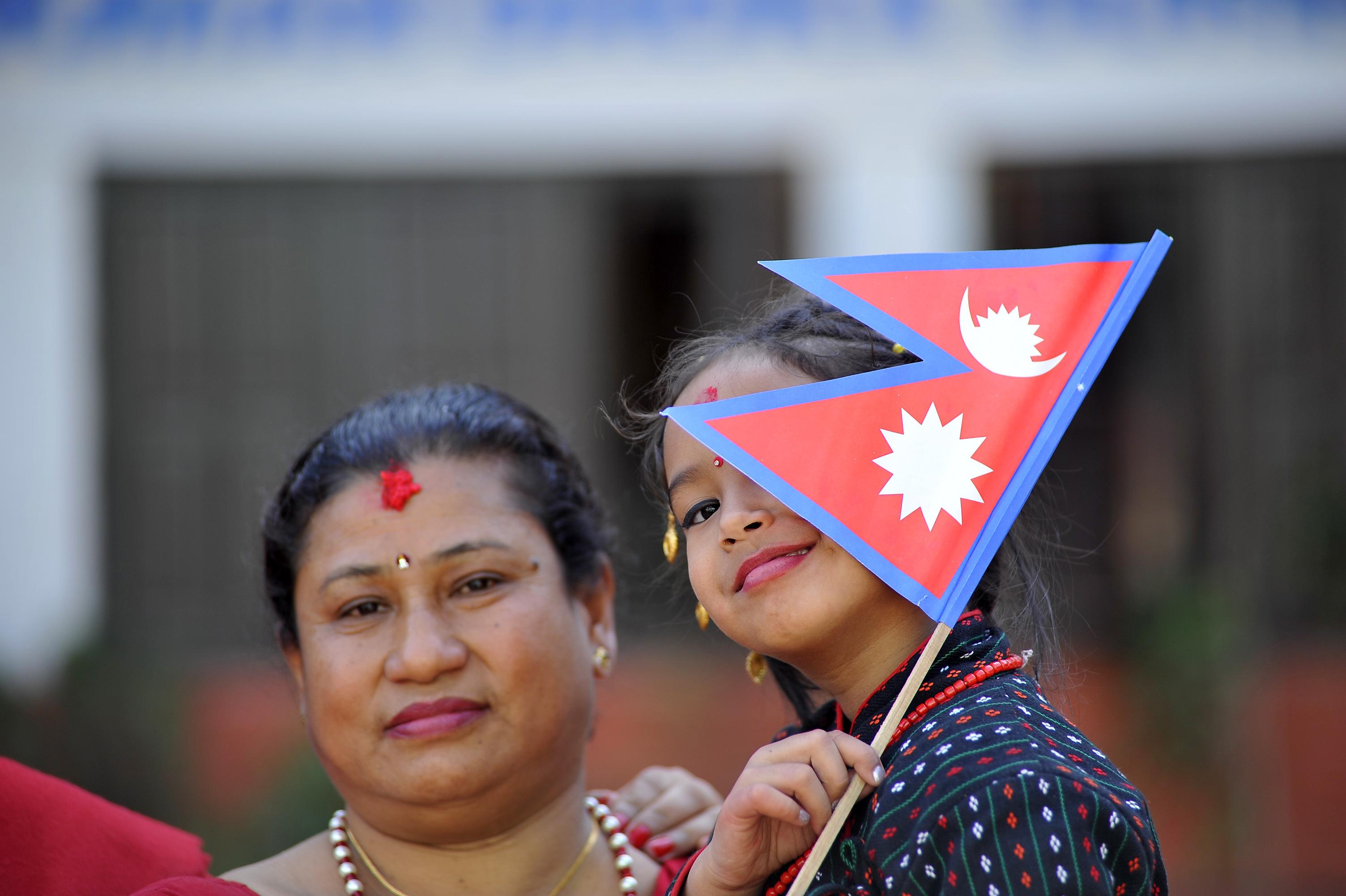 فتاة ترفع علم نيبال