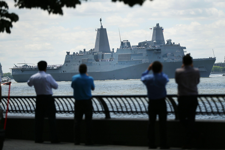 إحدى سفن البحرية الأمريكية في استعزاض عسكري بحري في مدينة نيويورك