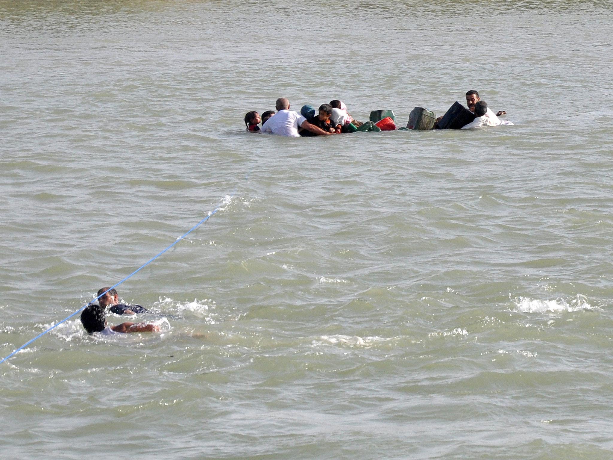 عراقيون من أهالي الفلوجة يسبحون هربًا عبر نهر الفرات .. المصدر: https://static.independent.co.uk/s3fs-public/thumbnails/image/2016/06/05/17/isis-fallujah-euphrates.jpg