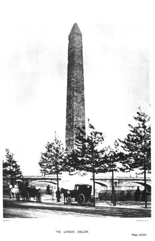 المسلة المصرية بعد نصبها على نهر التيمز في لندن، الصورة في عام 1885.